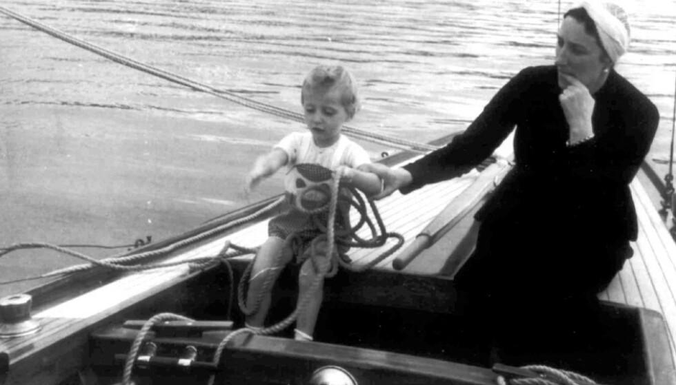 MORSKJÆRLIGHET: Kronprinsesse Märtha var ikke fremmed for å ta med lille prins Harald på seiltur. Her i pappa kronprins Olavs åttemeter 'Sira'. Bildet er tatt sommeren 1939, året før krigen brøt ut i Norge. Fotografen er høyst sannsynlig en stolt far, daværende kronprins Olav. FOTO: Asker og Bærums Budstikke / NTB Scanpix