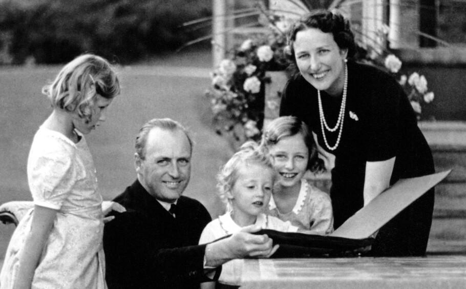 FØR KRIGEN BRØT UT: Kronprinsfamilien fotografert på Skaugum i august 1939 - åtte måneder før krigen nådde Norge, og den norske kongefamilien måtte flykte fra landet. Kronprinsesse Märtha tok med seg barna prinsesse Ragnhild, prinsesse Astrid og prins Harald til Amerika, mens pappa kronprins Olav var med eksilregjeringen i London. FOTO: NTB Scanpix