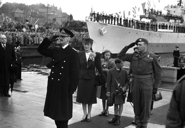 ENDELIG I NORGE IGJEN: Kong Haakon og kronprinsfamilien ankom Honnørbryggen i Oslo den 7. juni 1945, etter å ha vært i eksil i fem år og to måneder. FOTO: NTB Scanpix