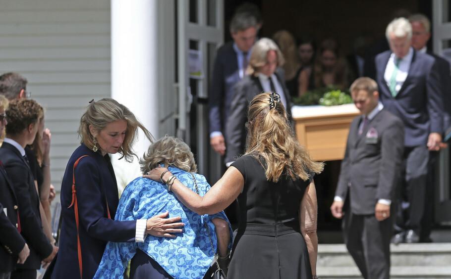 TUNGT FARVEL: Courtney Kennedy Hill fulgte datteren Saoirse Kennedy Hill til graven mandag 5. august. Saoirse, som var barnebarnet til avdøde Robert Kennedy, ble bare 22 år gammel. Courtney fikk trøst av Maria Shriver (høyre) og Sydney Lawford McKelvy - barnebarnet til Joseph P. Kennedy. FOTO: NTB Scanpix