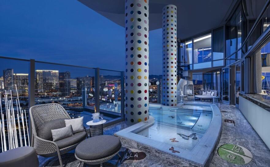 OVERDREVET LUKSUS: Denne terrassen er én av (veldig) mange ting du får med på kjøpet dersom du bor en natt på verdens dyreste hotellrom. FOTO: Palms Casino Resort