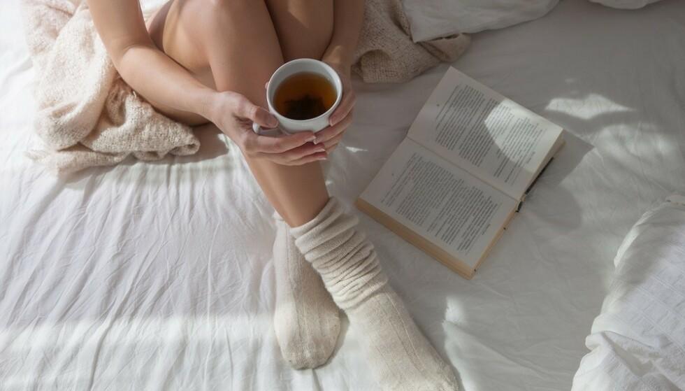 ROLIGE AKTIVITETER: Å gjøre rolige aktiviteter før du legger deg, kan gjøre innsovningstiden kortere. FOTO: Shutterstock