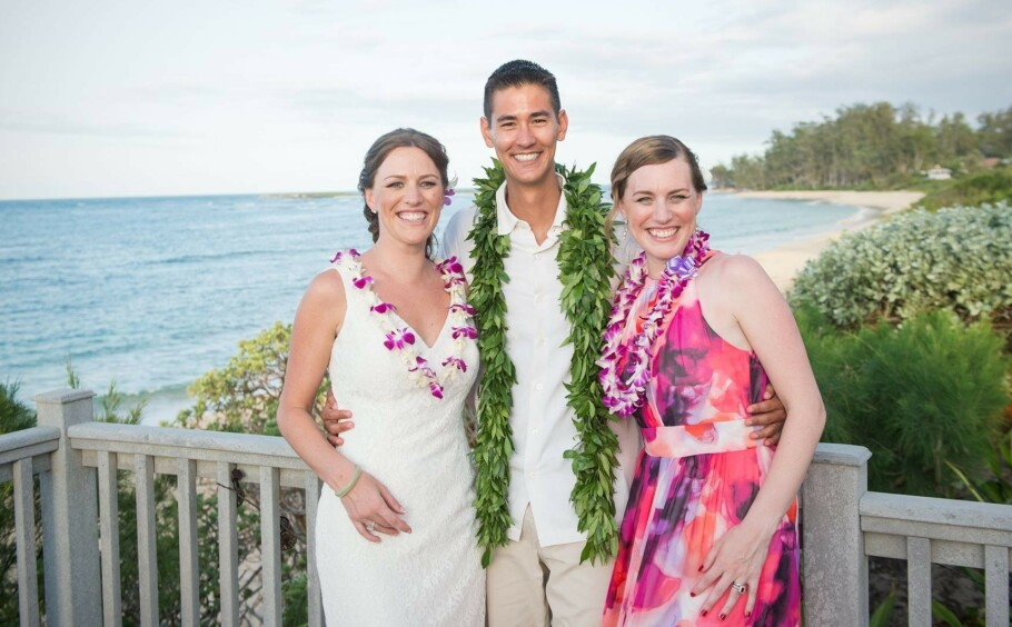 SAMMEN I DEN TØFFE TIDEN: Dette bildet er tatt under Hanna og Bryce Thompsons bryllup i mai 2016. Tvillingsøsteren Metta Siebert var et naturlig valg som forlover. FOTO: Privat