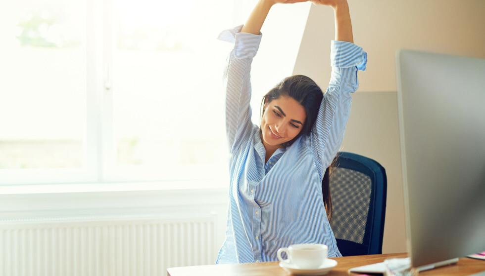 STILLESITTENDE: I en stillesittende jobb er det viktig for muskler å ledd å tøye ut jevnt, samt variere arbeidsstilling ved pulten. FOTO:NTB Scanpix