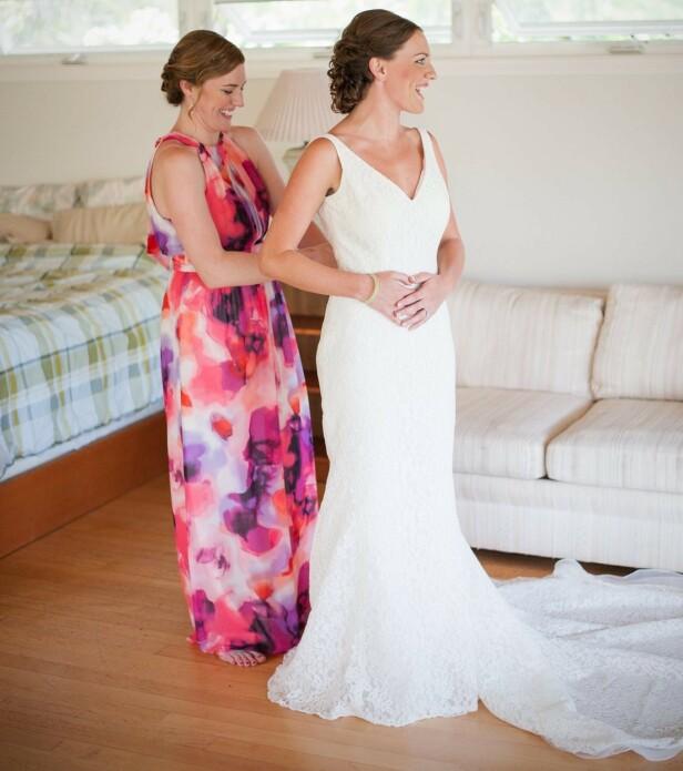 FORLOVER: Da Hanna Thompson giftet seg i mai 2016, var tvillingsøsteren Metta forlover. Her tester de ut brudekjolen på bryllupsdagen. FOTO: Privat