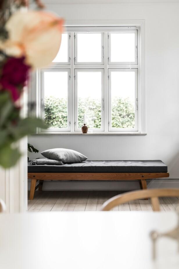 Før bodde paret i en leilighet der soverommet også fungerte som oppbevaringsrom og kontor. I det nye hjemmet, som har en del flere kvadratmeter, er det blitt plass til et stort kontor som paret har innredet lyst og minimalistisk. Daybed-en har Mia funnet i en bruktbutikk. Den tilfører kos og personlighet til rommet. FOTO: Julie Witterup og Mikkel Dahlstrøm/Another Studio