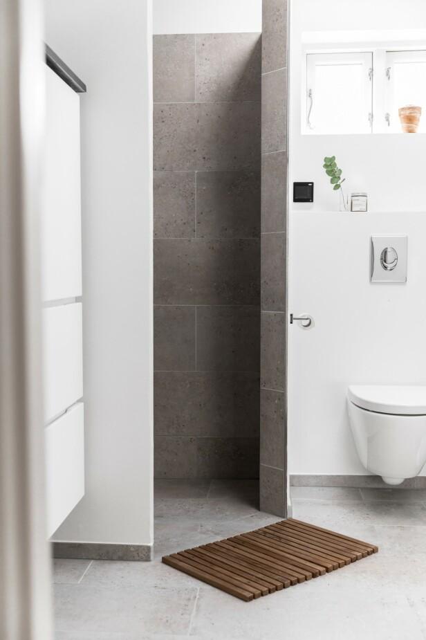 Badet var allerede pusset opp da paret overtok huset. Og heldigvis har de forrige eierne pusset det opp i en klassisk stil som på tross av det moderne uttrykket fortsatt står i stil til det gamle huset. FOTO: Julie Witterup og Mikkel Dahlstrøm/Another Studio