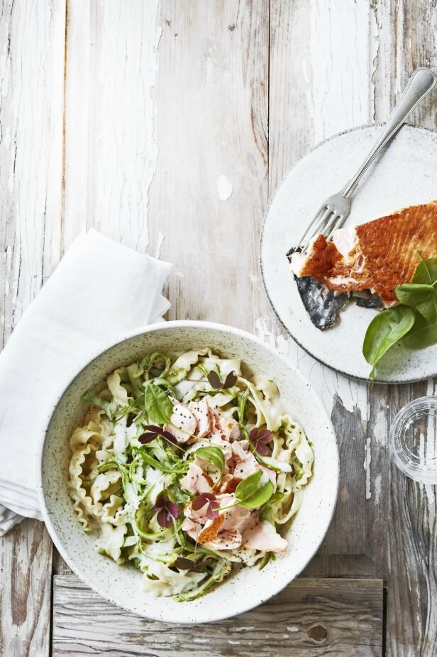 Laks og pasta er en super kombinasjon. Og aspargeskrem gir denne retten det lille ekstra. Har du ikke skogsyre eller engsyre, kan du i stedet drysse litt ruccola over retten. FOTO: Stine Christiansen