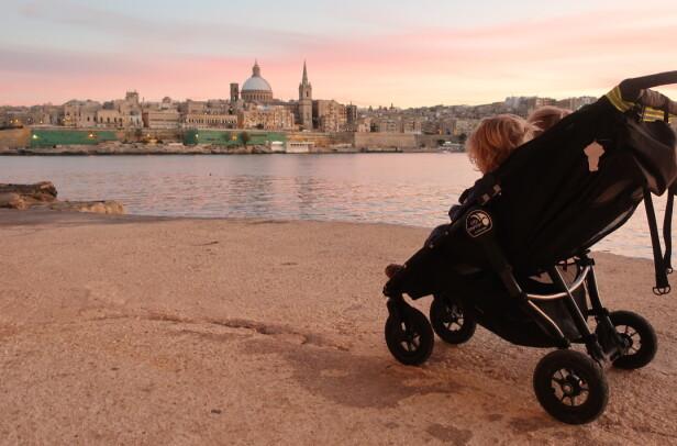 MALTA MED BARN: Christel og Sindre visste lite om Malta før de flyttet til denne vakre øya i Middelhavet, men familien har raskt funnet seg til rette i sitt nye hjemland. FOTO: Privat