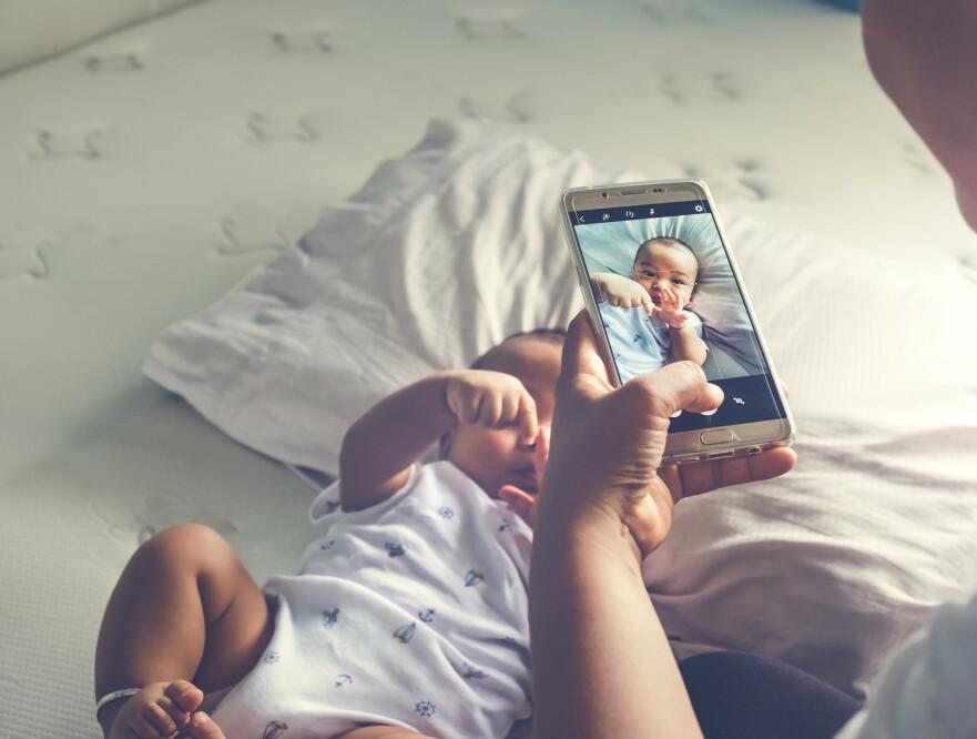 BILDER AV BARNA: Det å ta bilder og legge ut av barna har jo blitt heftig omdiskutert de siste årene. Noen mener at man ikke bør legge ut gjenkjennelige bilder av barna i det hele tatt før de er gamle nok til å bestemme selv om de ønsker å bli eksponert eller ikke. FOTO: NTB Scanpix