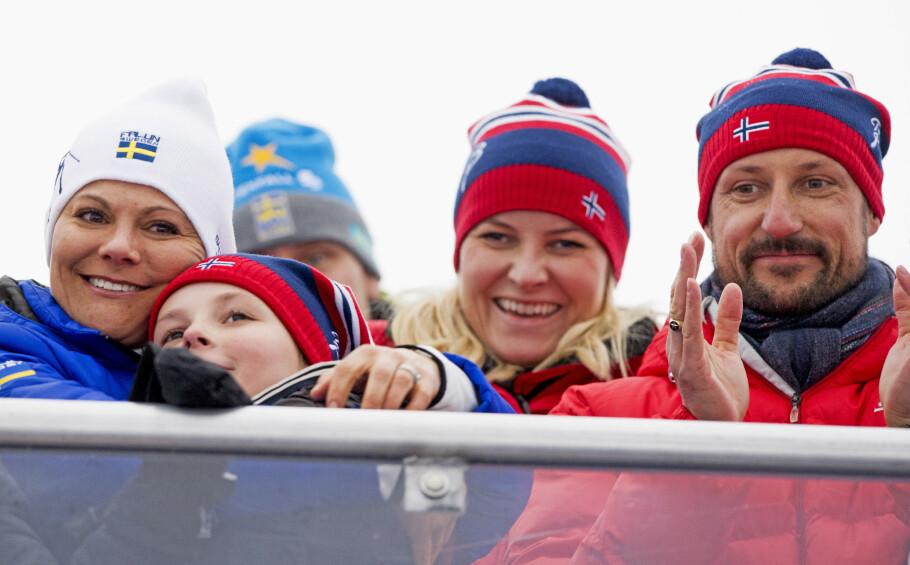 NÆR KONTAKT: Kronprinsesse Victoria av Sverige har alltid hatt god kontakt med den norske kongefamilien, og var et naturlig valg som fadder da prinsesse Ingrid Alexandra ble døpt våren 2004. Her gir kronprinsessen fadderbarnet en god klem under VM i alpint i Åre i Sverige vinteren 2019. FOTO: NTB Scanpix