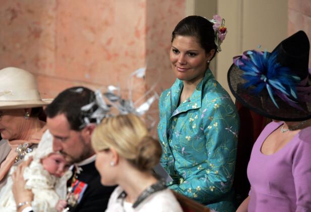 DÅPEN: Kronprinsesse Victoria var fadder da prinsesse Ingrid Alexandra ble døpt i 2004. Her kaster hun et varm blikk bort på kronprins Haakon - som hun anser som en bror - og fadderbarnet. FOTO: NTB Scanpix