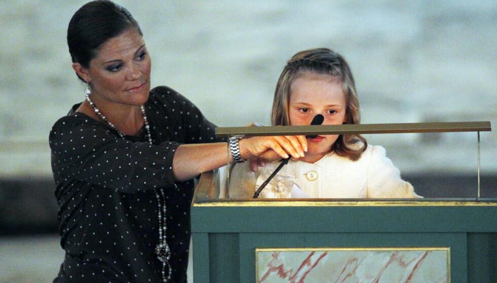 STØTTE: Allerede i 2011 holdt prinsessen sin første tale i Domkirken, da hun leste dikt sammen med gudmor Victoria under gudstjenesten i forbindelse med det norske kronprinsparets 10 års bryllupsdag. Da var Ingrid Alexandra syv år. FOTO: NTB Scanpix