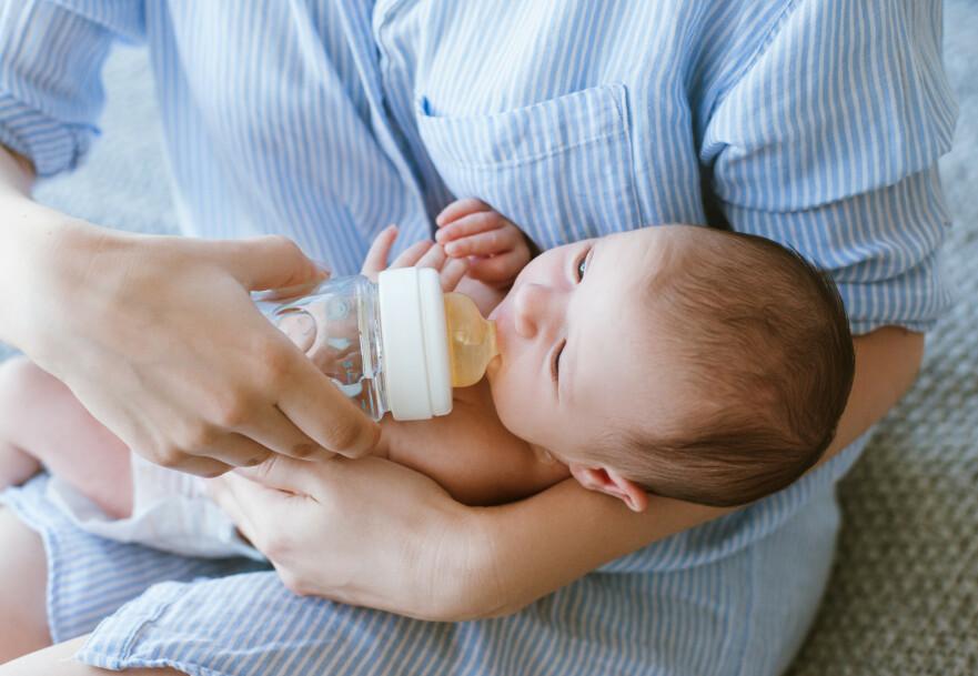 VELGER Å IKKE AMME: Noen kvinner bestemmer allerede under graviditeten at de ikke ønsker å amme barnet sitt. Mange av dem er nervøse for hvordan helsepersonell og andre vil reagere på dette. FOTO: NTB Scanpix