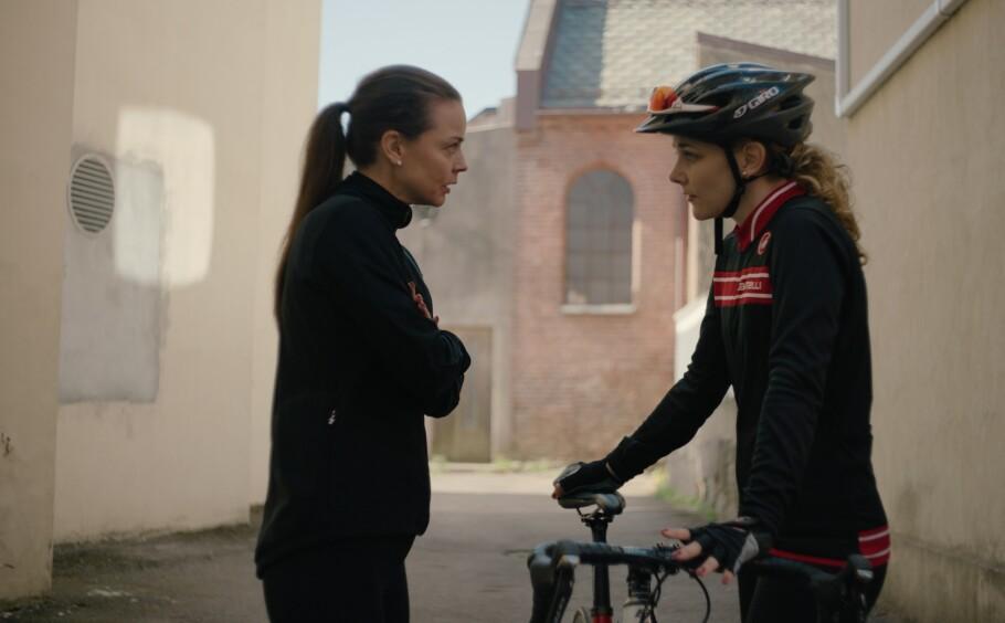DOPINGSATIRE: Tidligere hjelperytter Kimberly 'Kim' Karlsen (spilt av Silje Salomonsen) i samtale med syklistkollega Grete Stein (spilt av Agnes Kittelsen). FOTO: Norsk filmdistribusjon