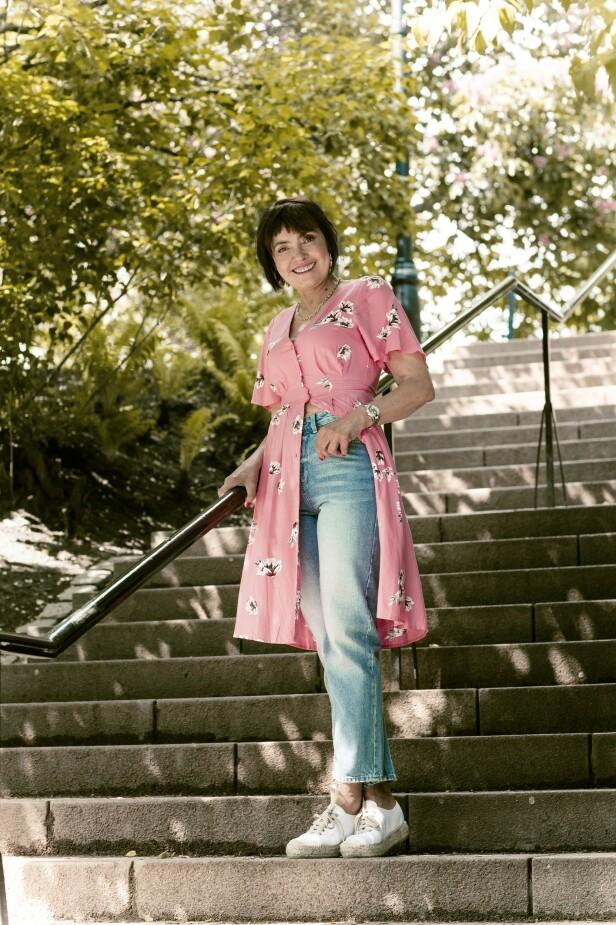 Kjole (kr 300) og jeans (kr 500, begge fra Lindex) og sneakers (kr 1995, Busnel). Tips! Style den søte kjolen med jeans og sneakers for et hverdagsfint antrekk. FOTO: Astrid Waller