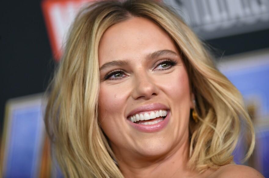 HÅVER INN: Scarlett Johansson har all grunn til å glise – hun troner nemlig på toppen av Forbes' liste over best betalte skuespillerinner. FOTO: Scanpix