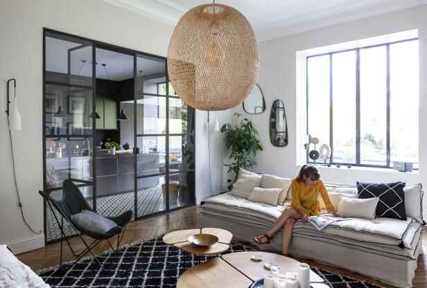 Mellom stuen og kjøkkenet er det en glassvegg med dør. Slik blir det en åpen kjøkken-stue-løsning, men samtidig ikke. FOTO: Anne-Catherine Scoffoni