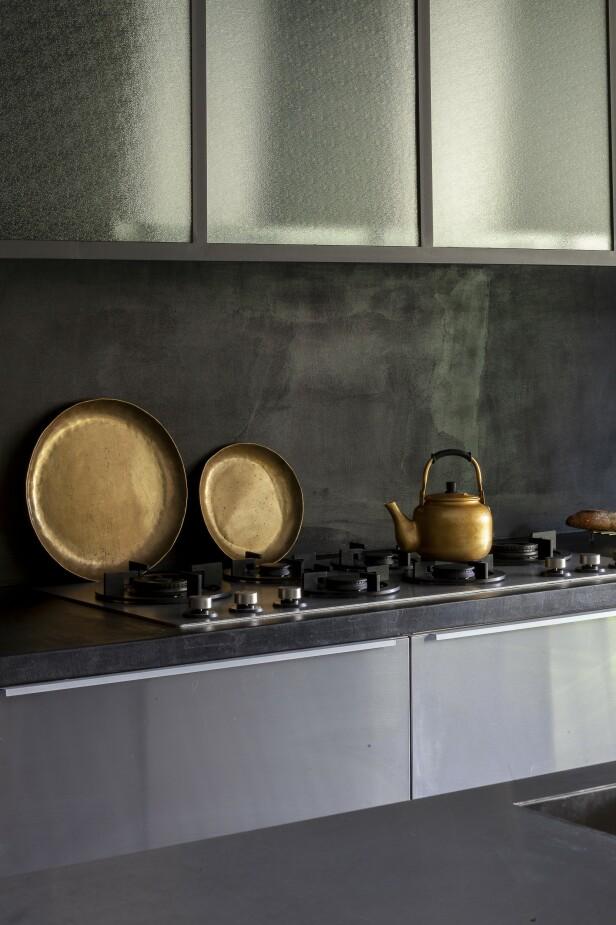 Kjøkkenet er fra Ikea, men paret har gitt det en egen stil ved å tilføre stålelementer fra Stéphan Degas' eget firma. FOTO: Anne-Catherine Scoffoni