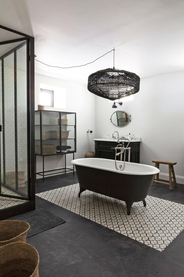 Ludivine og Stéphane har god plass også på badet, og her har de valgt et klassisk badekar. Tips! Hvis du ikke vil ha ordentlig betong på badeveggene, kan du få lignende utseende med innfarget sparkelmasse, som gir samme rå effekt. FOTO: Anne-Catherine Scoffoni