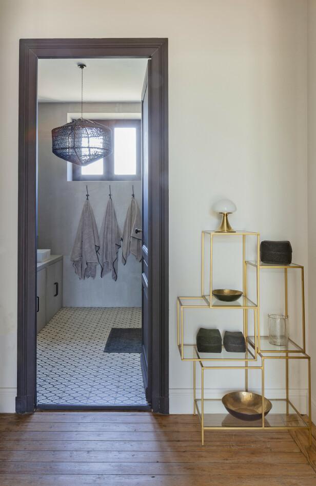 Vegglampene på badet er fra DCW, og håndklærne er fra Harmony Textile. Speilene er fra Pomax, og taklampen er fra Ay Illuminate. FOTO: Anne-Catherine Scoffoni