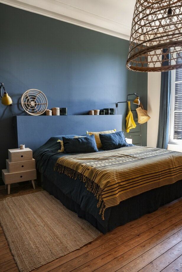 Putene og sengetøyet er fra Harmony Textile, mens sengeteppet er fra Ludvine Degas' egen interiørbutikk, La Maison Poétique. Tips! Mal veggen bak sengen i en annen farge enn resten av soverommet, for å skape en fin ramme rundt sengen. FOTO: Anne-Catherine Scoffoni