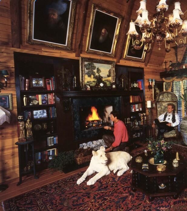 HUSKATT: Roy Horn og Siegfried Fischbacher med en av løvene sine hjemme i stua i huset «Little Bavaria» i Las Vegas. FOTO: NTBScanpix.