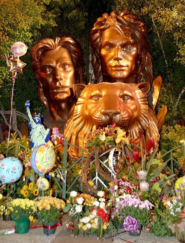 MONUMENT: Bysten av Siegfried & Roy utenfor The Mirage i Las Vegas ble et yndet sted for folk som ønsket å gjøre ære på Horn. To dager etter ulykken var statuen pyntet med ballonger og ønsker om god bedring. FOTO: NTBScanpix