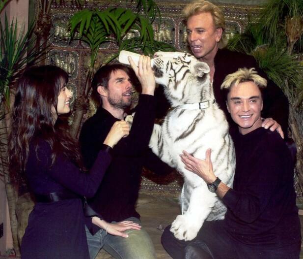 MISSION POSSIBLE: Tom Cruise har nærkontakt med en av Sigried og Roys tigre i Las Vegas i 2002. Penelope Cruz benytter sjansen å kose litt med labben FOTO: NTBScanpix