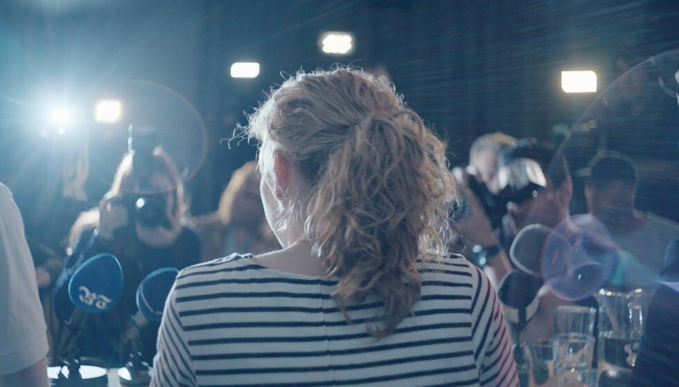 I RAMPELYSET: I filmen har den tidligere proffsyklisten Kim Larsen vært nødt til å stå frem som en angrende synder. Her fra pressekonferansen der hun innrømmer bloddoping. FOTO: Norsk Filmdistribusjon