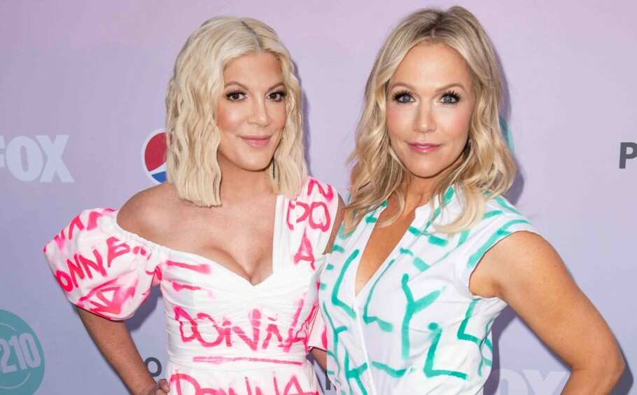 DUO: Tori Spelling og Jennie Garth har fått en ny vår, etter at spin off-serien BH90210 hadde premiere denne sommeren. Dette bildet er tatt i august 2019. FOTO: NTB Scanpix