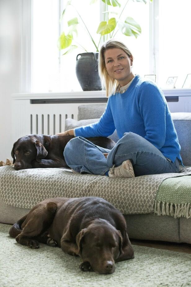 Forfatter Kristina Trolles mener at hundene Hugo og Viggo er hennes sunneste anskaffelser, ikke minst fordi de får henne ut på tur. FOTO: Jaqueline Fluri