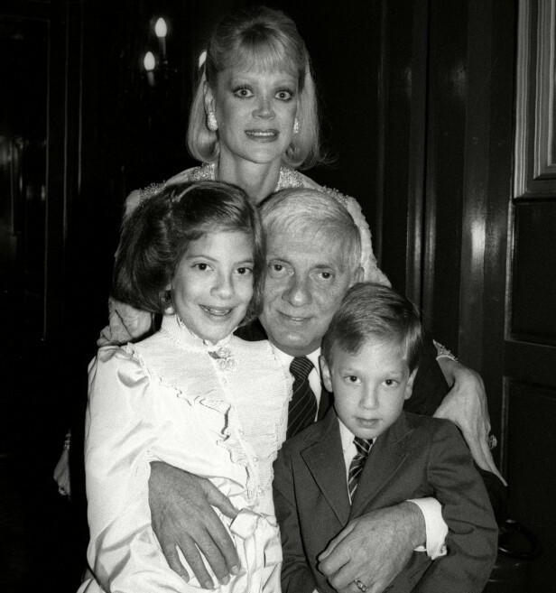 DEN GANG DA: Tori Spelling med lillebroren Randy Spelling, faren Aaron Spelling og moren Candy Spelling sommeren 1984. Da var Tori 11 år. FOTO: NTB Scanpix