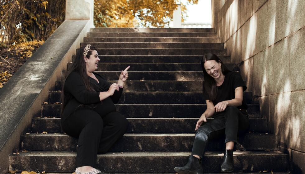 <strong>ENGASJERTE:</strong> Carina og Cecilia i engasjert samtale mens fotografen foreviger. FOTO: Astrid Waller