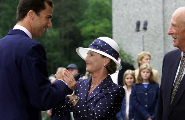 NÆRT FORHOLD: Den spanske kongen har et nært forhold til den norske kongefamilien. Her med dronning Sonja og kong Harald på Henie-Onstad Kunstsenter på Høvikodden i forbindelse med kronprinsbryllupet i 2001. FOTO: NTB Scanpix
