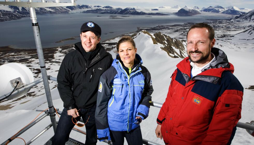 TRIO: Kronprins Frederik av Danmark, kronprinsesse Victoria av Sverige og kronprins Haakon av Norge er nært knyttet - både som tronarvinger i hvert sitt land og ikke minst som nære venner. Her fra en tur til Ny-Ålesund på Svalbard i 2008. FOTO: NTB Scanpix