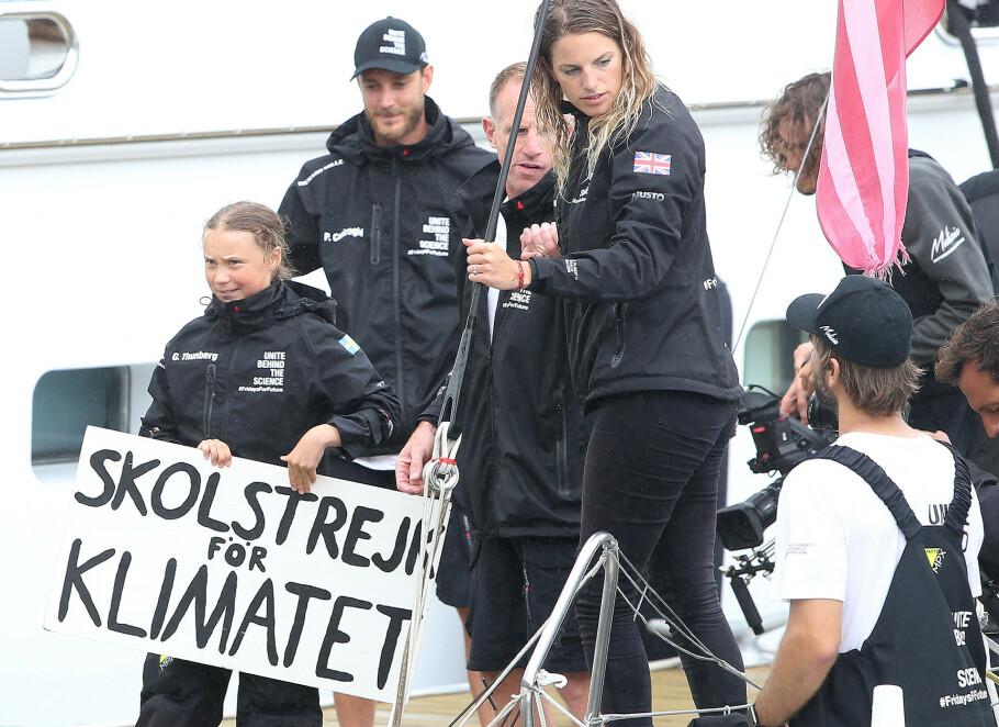 OVER ATLANTEREN: Det tok 15 dager for den svenske miljøaktivisten Greta Thunberg og mannskapet Team Malizia å ankomme New York. Pierre Casiragi av Monaco (bak t.v.) stilte seilbåten Malizia II til disposisjon. FOTO: NTB Scanpix