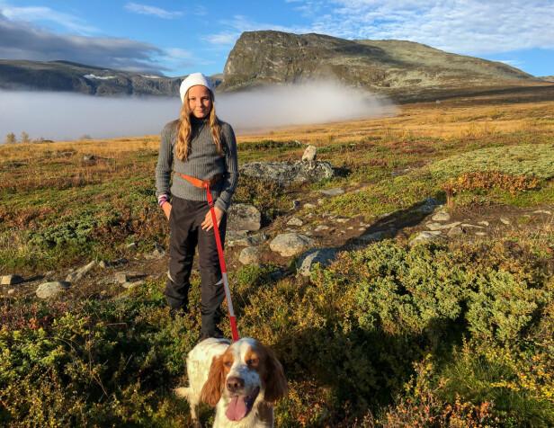 SPORTY PRINSESSE: Ingrid Alexandra på tur med bestefar kong Haralds hund i Sikkilsdalen i 2016. FOTO: Privat/Kongehuset/Scanpix