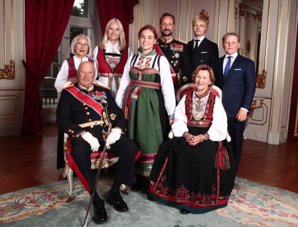 KONFIRMASJONSDAGEN: Konfirmanten prinsesse Ingrid Alexandra omringet av sin aller nærmeste familie på konfirmasjonsdagen 31. august 2019. Til dagen hadde hun fått sydd en bunad fra Øst-Telemark, som var en gave fra besteforeldrene kong Harald og dronning Sonja. FOTO: NTB Scanpix
