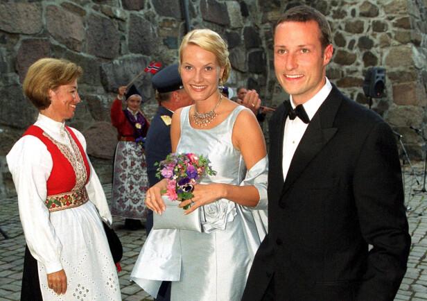 FØR BRYLLUPET I 2001: - Jeg utøver ikke rollen min på den måten som mange forventer at jeg skal. Snarere tvert imot, tror jeg. Jo, de første ti årene prøvde jeg å være sånn som jeg trodde en kronprinsesse skulle være, sier kronprinsessen i samtalen med Geir Gulliksen i antologien Hjemlandet og andre fortellinger. FOTO: NTB Scanpix
