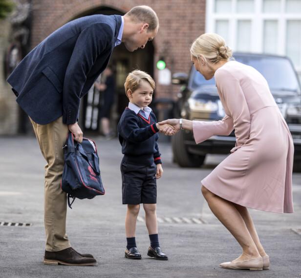 FØRSTE SKOLEDAG: Høsten 2017 hadde prins George sin aller første skoledag. Han ble tatt imot av rektor Helen Haslem. FOTO: NTB Scanpix