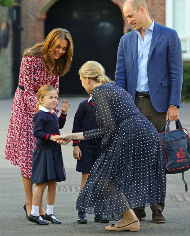 STOLTE FORELDRE: Prinsesse Charlotte hilser på rektor på sin aller første skoledag. FOTO: NTB Scanpix