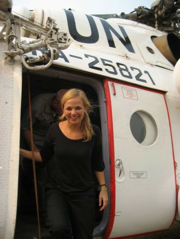 LUFTIG JOBB: Gunhilde på vei ut av helikopteret, mens hun jobbet i DR Kongo for UNOCHA i 2009. FOTO: Privat