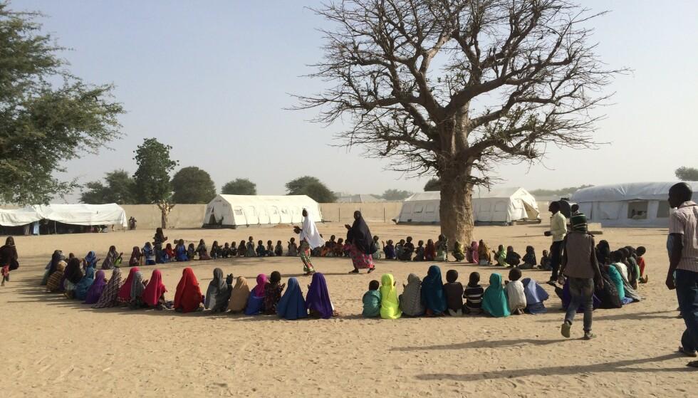 PROVISORISK: Gunhilde har jobbet mye med skoleprosjekter. Her får barna undervisning under et tre. Gunhilde tok bildet under et Redd Barna prosjektbesøk til Boko-Haram rammede Nord-Nigeria.. FOTO: Privat