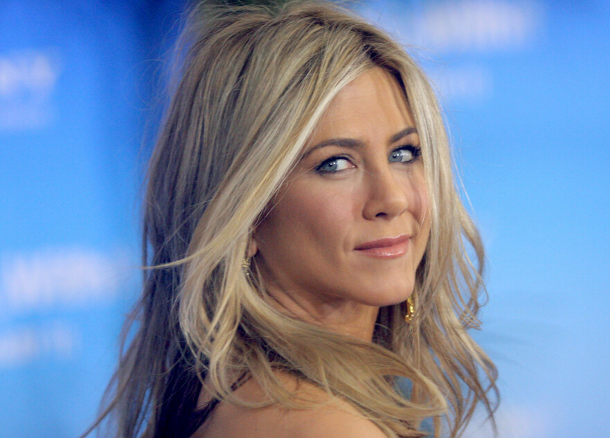 HARD MEDFART: Jennifer Aniston stiller opp på forsiden av bladet InStyles skjønnhetsspesial. Nå hagler kritikken. FOTO: Scanpix
