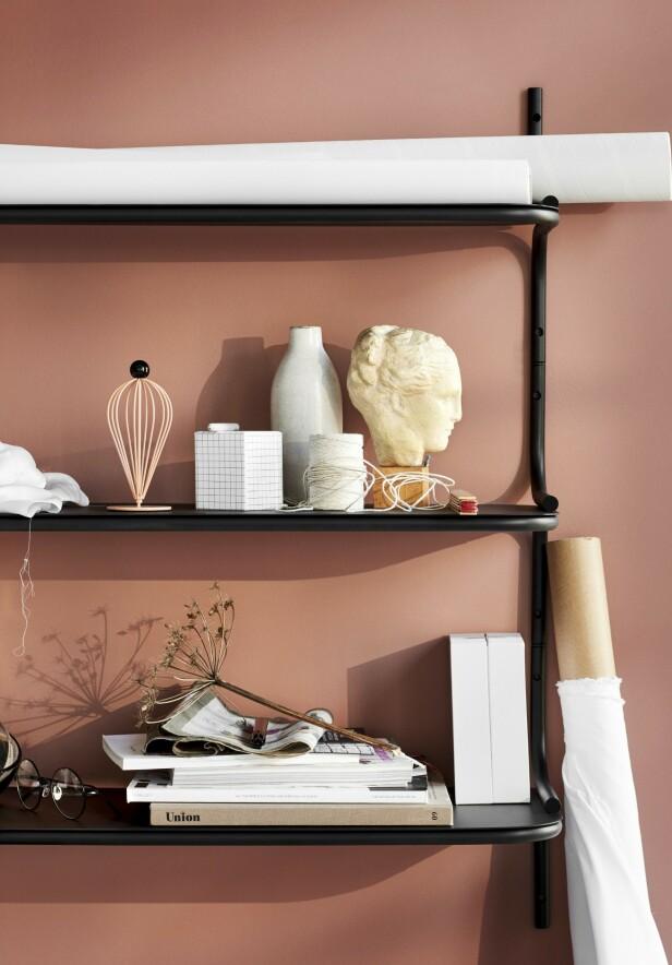 Hang opp en hylle, så har du ikke bare et sted å legge fra deg ting, men også et ekstra utstillingsvindu. Her er hyllesystemet Wired (kr 1890, Northern).