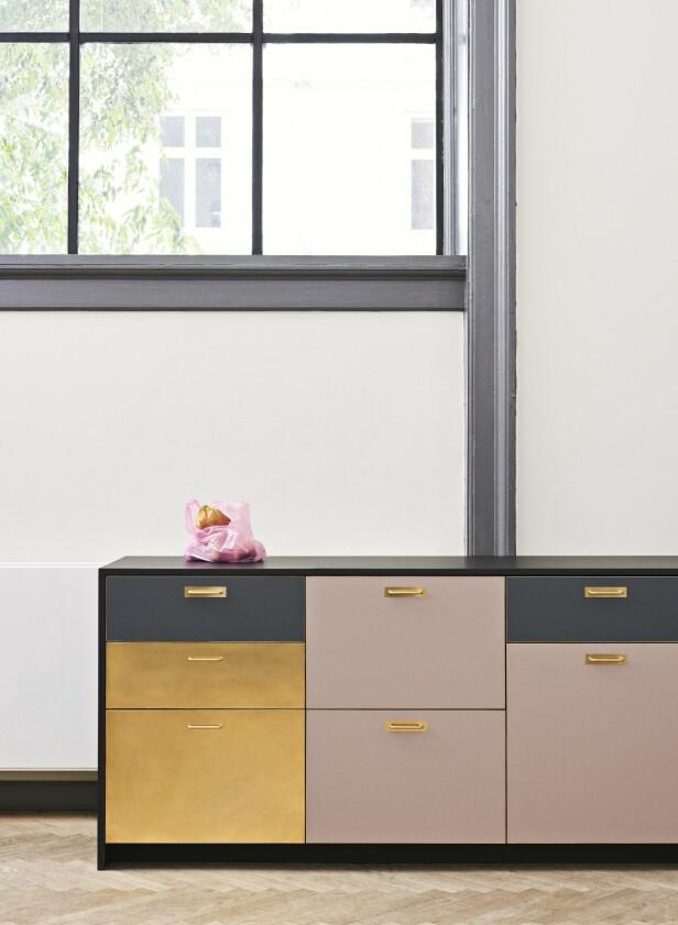 Har du Ikea-kjøkken og er klar for en fornyelse? Flere produsenter designer egne fronter og knotter til Ikeas møbler og skapstammer, så du kan skreddersy ditt eksisterende kjøkken etter egen smak. Her ses laminat- og messingfrontene Chelsea fra danske Reform. Sjekk også ut disse produsentene som alle har spesialisert seg på oppfriskning av Ikea-kjøkken og -bøler: Ask og Eng, Helsingö, &Shufl, Noremax, Studio10 og Bemz (tekstiler).