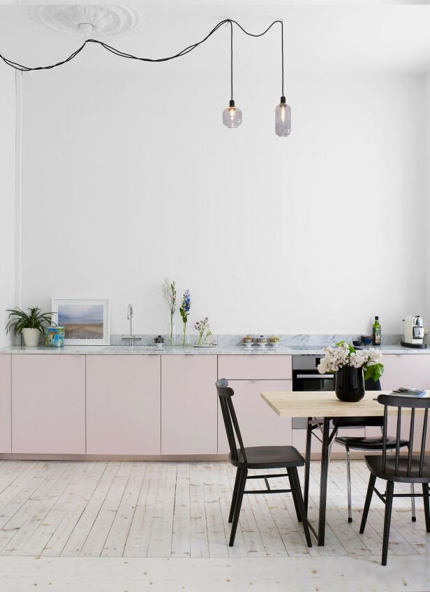 Også Superfront produserer både fronter, håndtak, bein, sider og topper til Ikeas vanligste skapstammer. Som disse wow-frontene i dus rosa med messinghåndtak, som du må ut med i underkant av 10 000 kroner for.