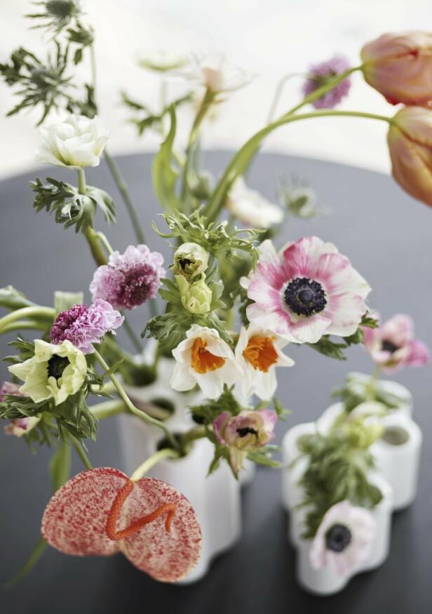 Vi sier aldri nei til vakre blomster i vakre vaser! Nuage-vase kommer i tre størrelser (fra kr 950, Vitra).