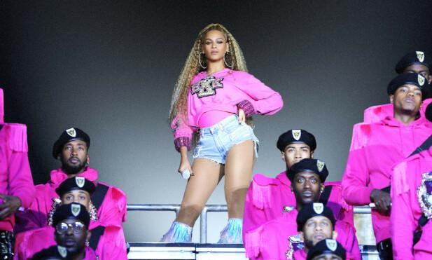 SKJULT SIDE: Beyoncé slik vi er vant til å se henne. I tillegg driver hun organisasjonen Beygood, og har flere ganger besøkt sykehus og katastrofeområder, samt donert store summer. Under hjelper hun til med å dele ut mat til kriserammede, etter orkanen Harveys herlinger i Texas 2017. FOTO: NTBScanpix.
